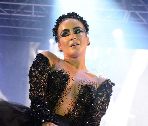 Claudia Leitte: cisne negro em baile (Foto: AgNews/Marcelo Loureiro)