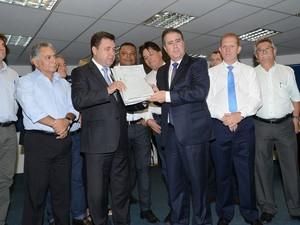 Jonas Donizette entrega projeto com orçamento 2016 a vereadores em Campinas (Foto: Carlos Bassan / PMC)
