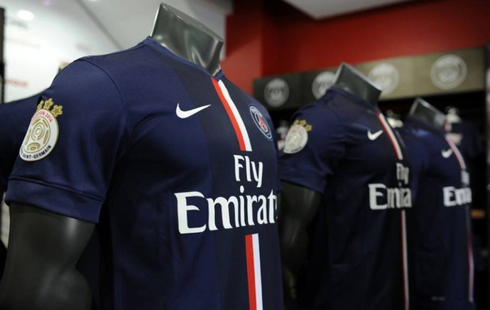 David Luiz é destaque em loja oficial do PSG (Foto  Reprodução) A nova  camisa ... f52ce843c4732