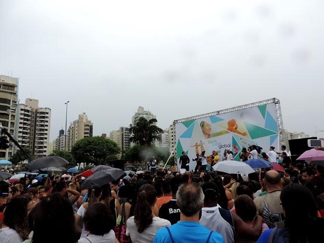 Mesmo com chuva, público acompanhou o programa até o fim (Foto: Géssica Valentini/G1)