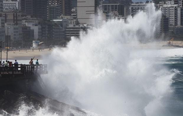 Fortes ondas do mar em ressaca cobrem o mirante do Leblon, na Zona Sul do Rio de Janeiro (Foto: João Laet/Agência O Dia/Estadão Conteúdo)