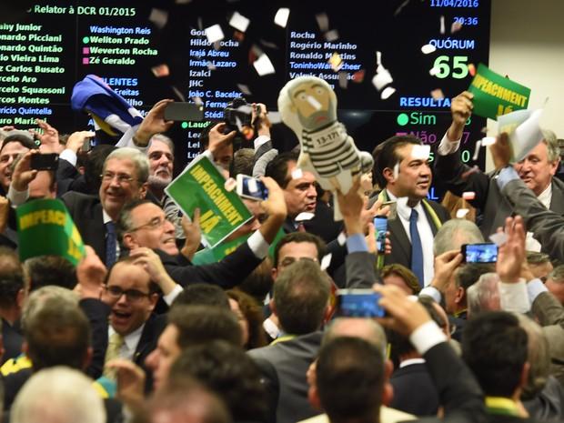 Deputados comemoram após resultado da votação da Comissão especial que analisa o processo de impeachment da presidente Dilma Rousseff na Câmara dos Deputados, em Brasília (Foto: Evaristo Sa/AFP)