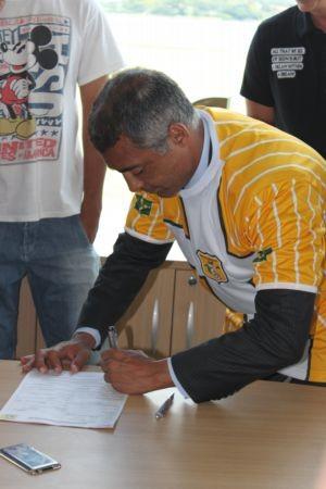 Romário assinando contrato de Romarinho com o Brasiliense (Foto: Fabrício Marques/GLOBOESPORTE.COM)