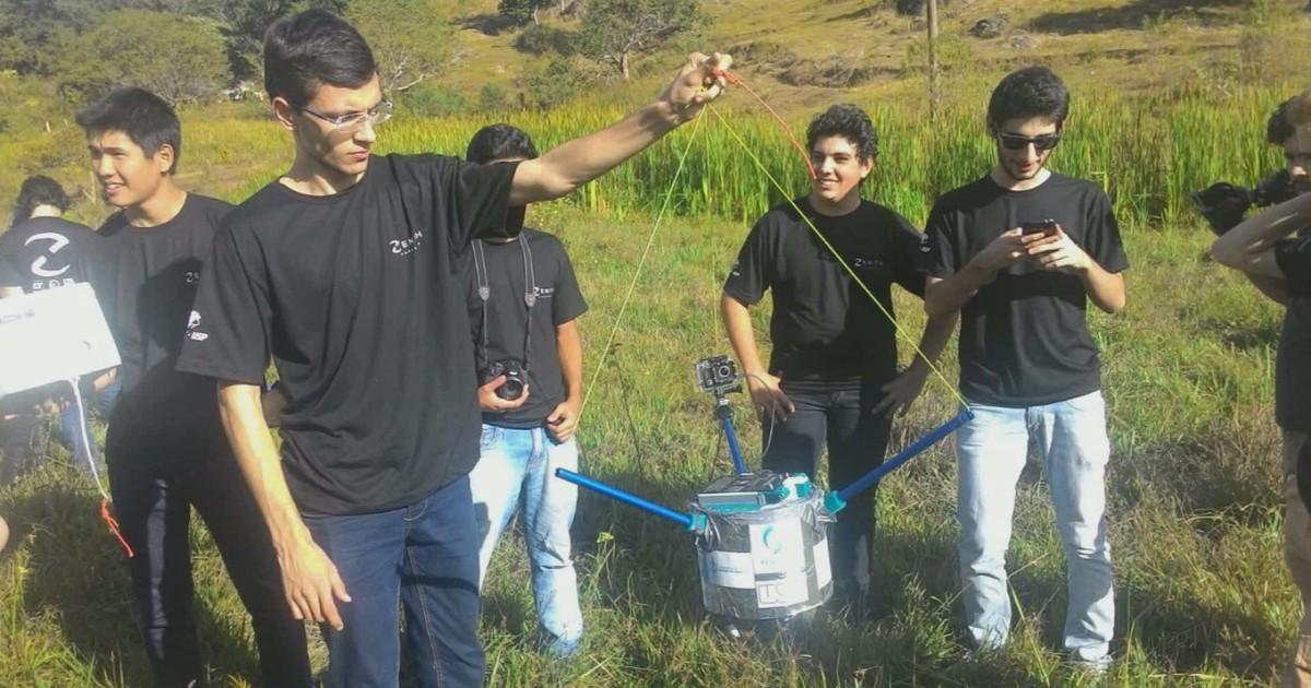 Alunos da USP resgatam sonda que caiu em São Sebastião da Grama, SP