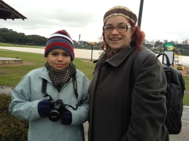 João e avó vão ficar de plantão no Parque Barigui caso caia mais neve na capital  (Foto: Adriana Justi / G1)