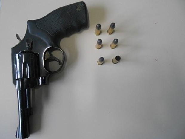 Arma foi enviada para perícia (Foto: Polícia Civil/Divulgação)