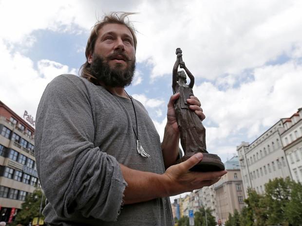 O empresário russo Yevgeni Chichvarkin exibe o prêmio Vaclav Havel que recebeu do artista Peter Pavlensky em Praga, na República Tcheca, na segunda (15) (Foto: Reuters/David W Cerny)