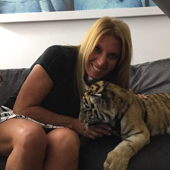 Lucília não acreditou quando entrou na suíte e viu, de surpresa, o filhote de tigre  (Foto: Divulgação)