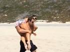 De shortinho e biquíni, Mayra Cardi faz treino e é carregada pelo marido