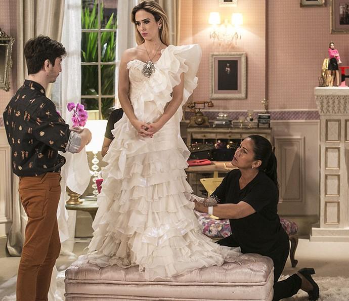 Fedora não se conforma com a simplicidade do vestido de noiva (Foto: Inacio Moraes/Gshow)