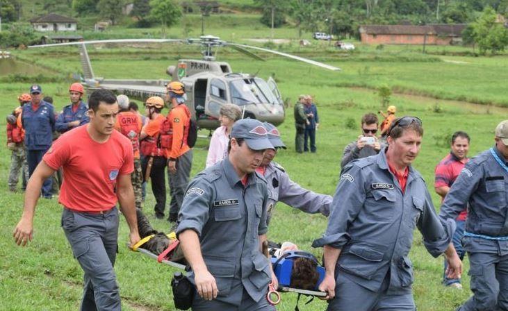 O homem foi achado por policiais do helicóptero Águia e socorridos pelos bombeiros (Foto: Jornal de Pomerode/Divulgação)