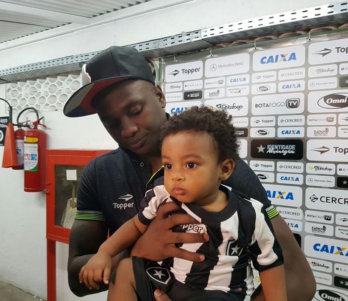 Sassá Botafogo e o filho Murilo (Foto: Marcelo Baltar)