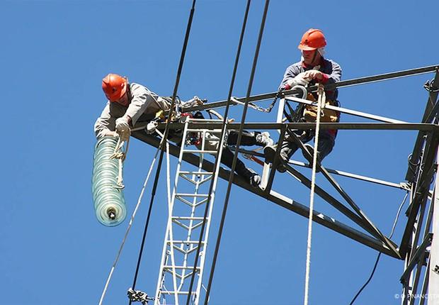 Funcionários da Eletrobras trabalham em rede de energia (Foto: Divulgação)