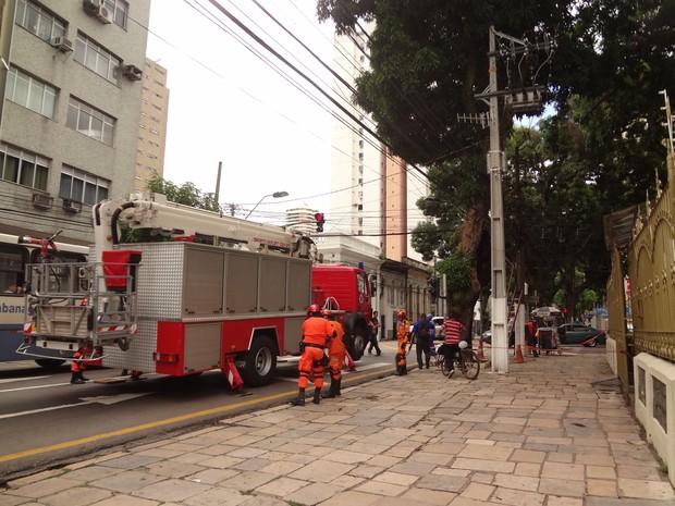 Trânsito no bairro de Nazaré foi parcialmente interditado para evitar riscos para pedestres. (Foto: Thais Rezende/G1)