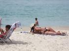 Anna Lima curte dia de sol em praia carioca e desfila boa forma