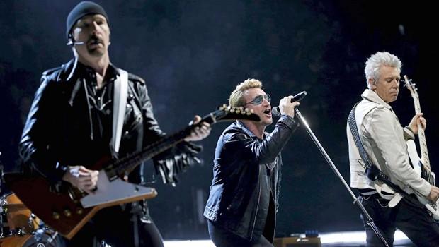 A banda irlandesa U2 em Paris, em shows realizados após os ataques terroristas contra a capital francesa (Foto: Reuters)