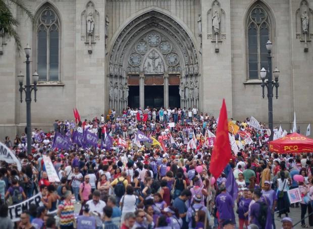 Mulheres reunidas na Praça da Sé, no centro de São Paulo (Foto: Marcos Alves/ Agência O Globo)
