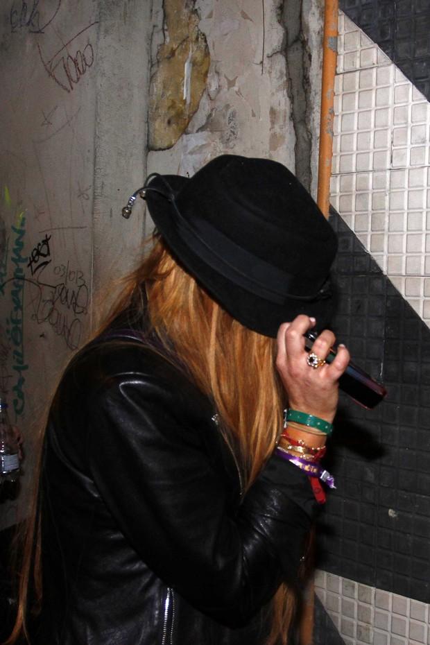 Lindsay Lohan se esconde com chapeu na entrada de boate (Foto: Paduardo/Ag News)