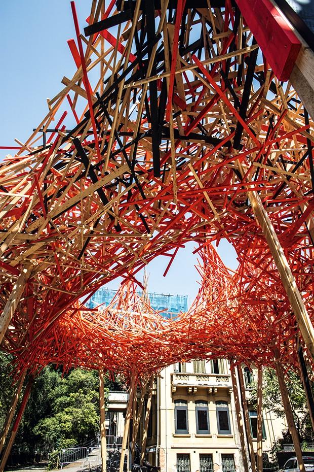 O belga Arn Quinze constró instalações que ele chama de museus a céu aberto, na cidade matarazzo, ele trabalha com madeira de demolição, parte dela pintada de vermelho - cor que para Quinze simboliza a vida e a morte, a atração e a repulsa - para dar form (Foto: Toni Pires)