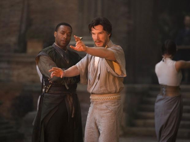 Chiwetel Ejiofor e Benedict Cumberbatch em cena de 'Doutor Estranho' (Foto: Divulgação/Marvel)