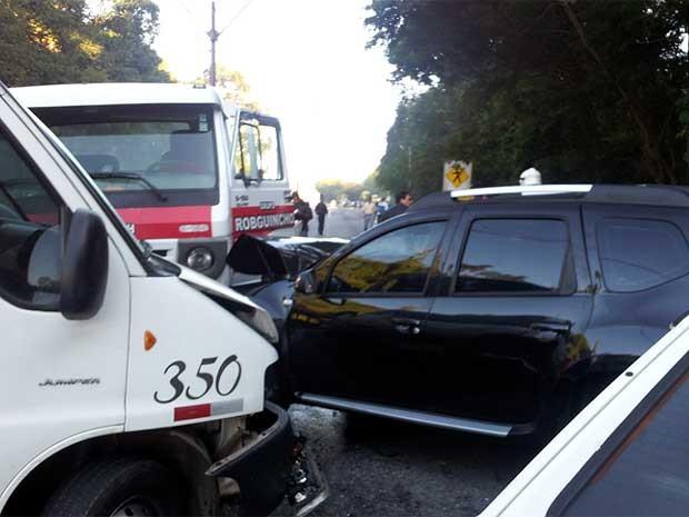Acidente envolvendo vários carros em Valinhos  (Foto: Bruna Stuppiello/G1Campinas)
