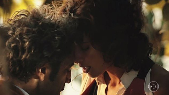 Santo e Tereza não resistem um ao outro, mas acabam discutindo (Foto: TV Globo)