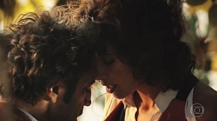 Tereza faz amor com Santo, mas Carlos esfria romance