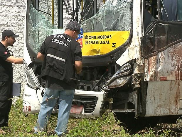 Perícia em ônibus que se envolveu em acidente com três mortes foi realizada nesta terça-feira (13) em João Pessoa (Foto: Reprodução/ TV Cabo Branco)