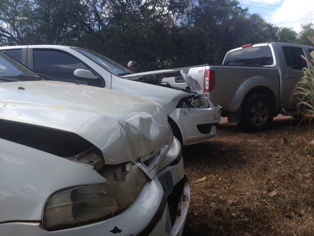 Segundo a PM, acidente ocorreu após carro frear bruscamente (Foto: Dyepeson Martins/G1)