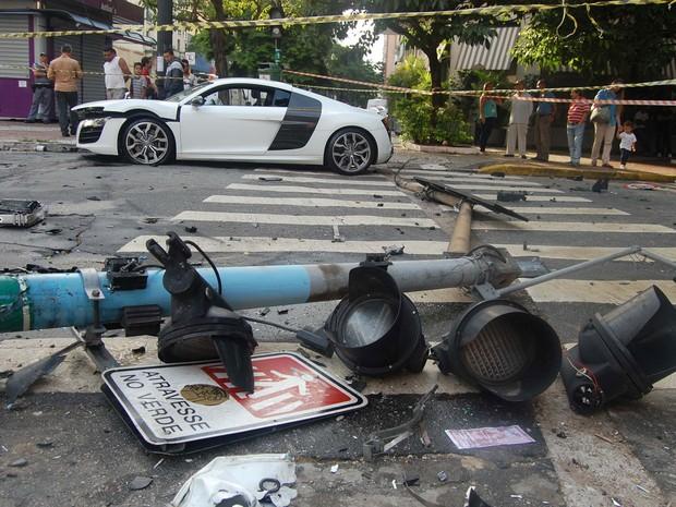 O motorista de um veículo Audi de cor branca perdeu o controle da direção e atingiu uma coluna semafórica no Largo do Arouche, no centro, na  madrugada desta sexta-feira (21) (Foto: Hélio Torchi/Estadão Conteúdo)