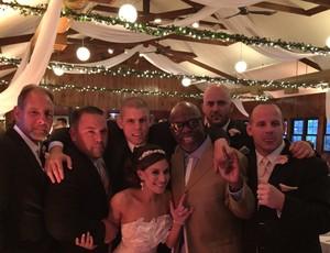 BLOG: Burt Watson reaparece de surpresa em casamento de Joe Lauzon