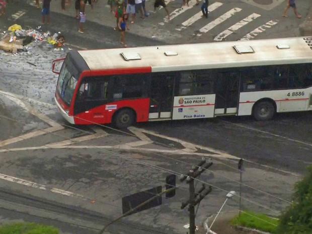 Ônibus alvo de vandalismo em região onde ocorreu alagamento nesta sexta-feira (Foto: Reprodução/TV Globo)