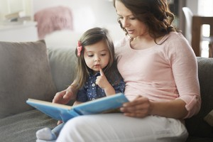 Ler para crianças na primeira infância (de zero a seis anos) desenvolve habilidades como raciocínio, formação de opinião e ampliação do vocabulário  (Foto: Shutterstock)