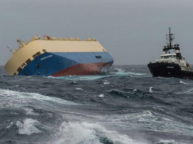 Navio de bandeira panamenha está tombado em um ângulo de quase 50 graus  (Foto: Marinha Francesa )