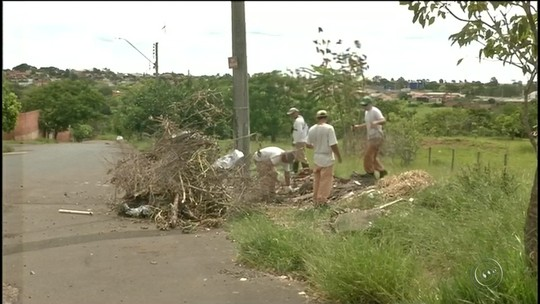 Moradores dizem que sofrem com esgoto, buracos e sujeira em Avaré