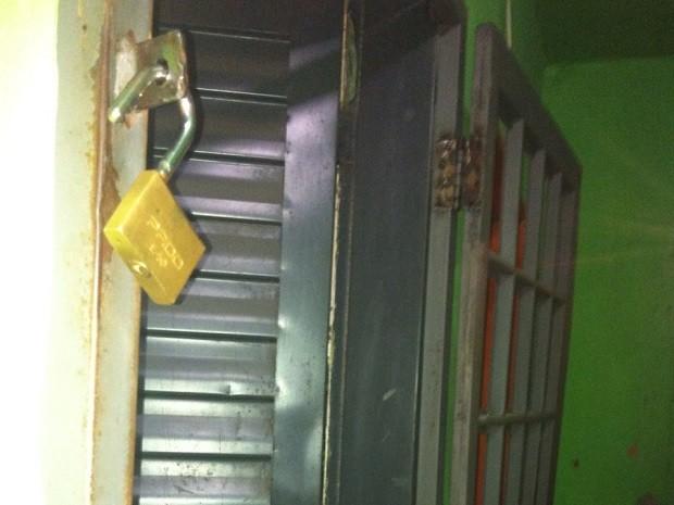 Cadeado e grade de quarto em casa de prostituição no DF (Foto: Mara Puljiz/TV Globo)