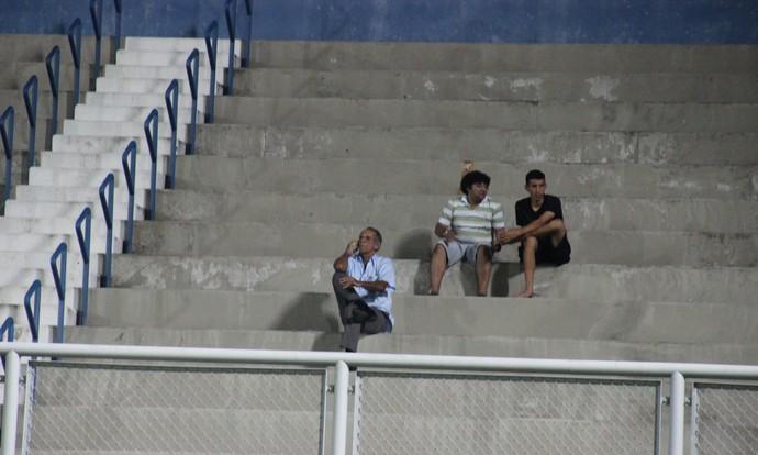 Aderbal Lana técnico do Manaus na arquibancada (Foto: GloboEsporte.com)