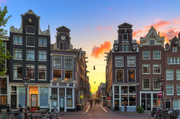 Beautiful sunset at one of nine little streets in Amsterdam, the Netherlands (Foto: Getty Images/iStockphoto)