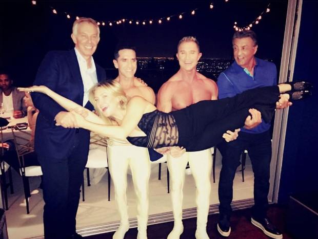 Kate Hudson com Tony Blair, Sylvester Stallone e acrobatas do Cirque du Soleil (Foto: Reprodução)