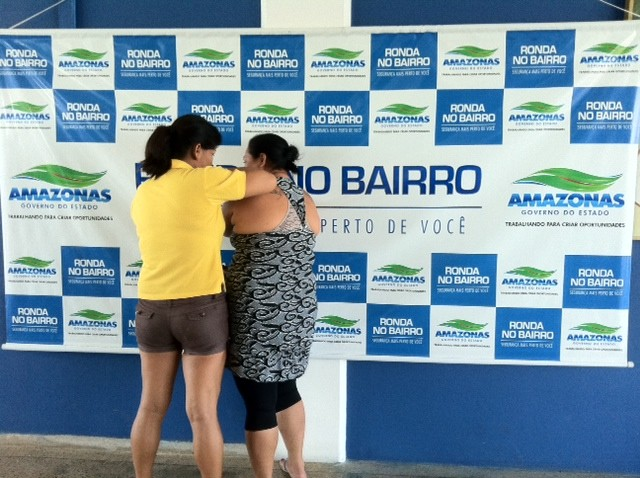 Duas mulheres suspeitas de envolvimento com drogas foram presas (Foto: Ana Graziela Maia/G1 AM)