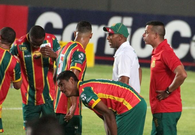 Jogadores do Sampaio Corrêa falam com o treinador interino, Arlindo Maracanã (Foto: Biaman Prado / O Estado)