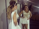 Viviane Araújo posa de vestido curtinho em bastidores de show