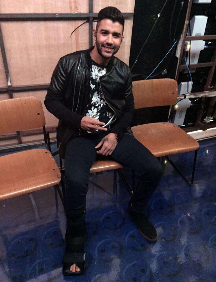 Gusttavo Lima de bota ortopédica nos bastidores do 'Caldeirão' (Foto: Giuline Bastos / Gshow)