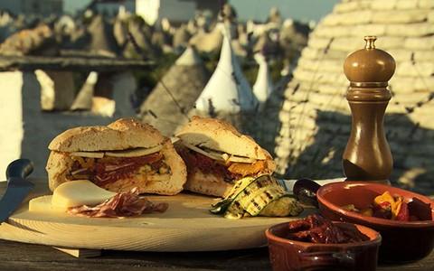 Pão recheado com queijo, salame e vegetais