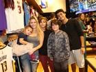 Ana Paula Tabalipa leva os quatro filhos a evento no Rio