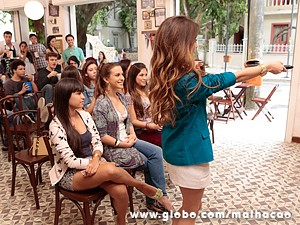 Flaviana transmite o encontro dos dois (Foto: Malhação / TV Globo)