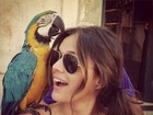 Bruna Marquezine se diverte e posa com arara no ombro