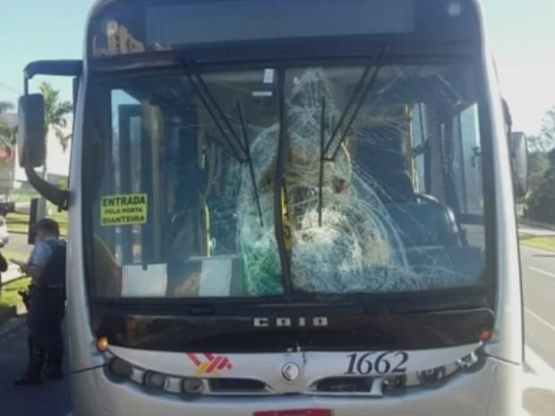 Motorista de ônibus disse que não viu ciclista atravessar (Foto: Reprodução/TV TEM)