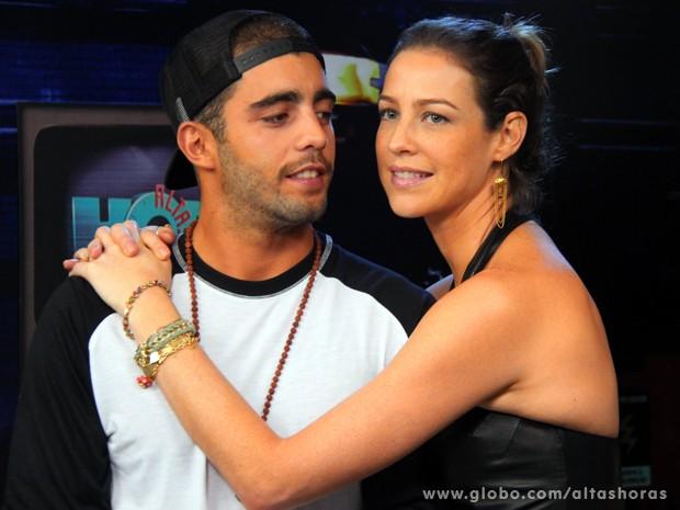 Luana Piovani agarra Pedro Scooby em gravação do Altas Horas (Foto: TV Globo/Altas Horas)