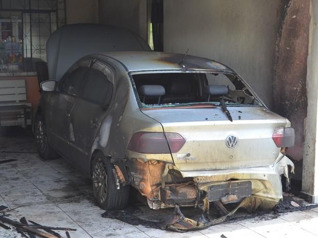 Carro da família ficou parcialmente destruído (Foto: Rede Amazônica/ Reprodução)